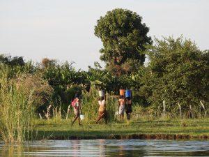 Mensen ZaZoe Xperience - vrouwen halen water in Zambia