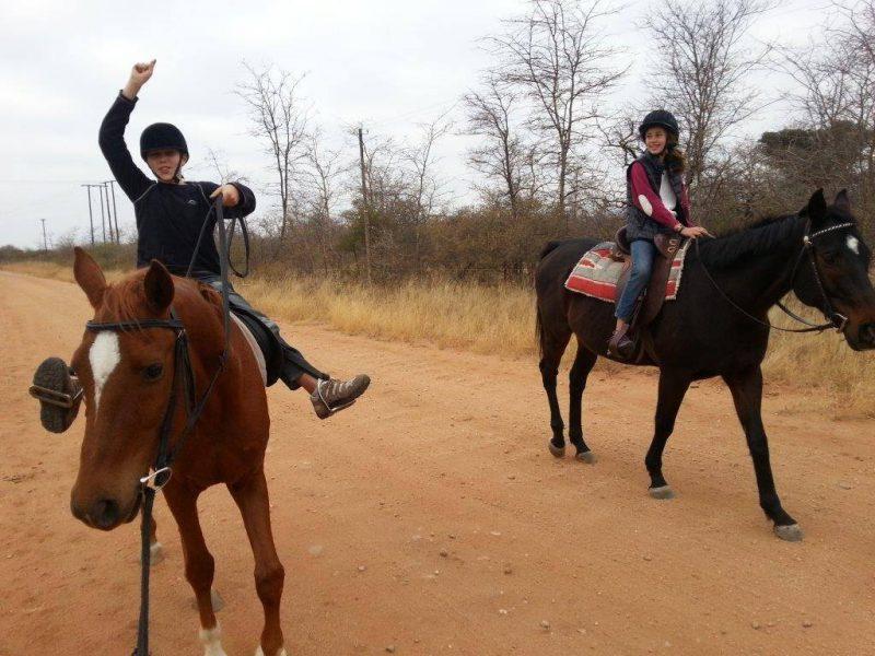 Kinderen die ontzettend genieten van een ochtendje met de paarden bij ZaZoe Xperience